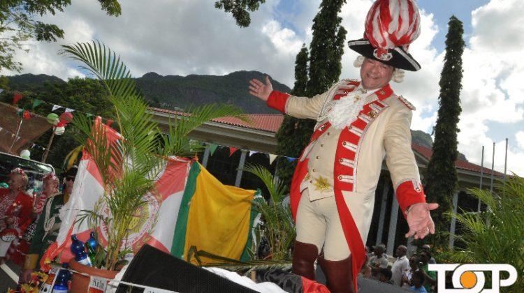 Thomas II. Elster geniesst auf dem Kölner Wagen in Victoria den Karnevalsumzug