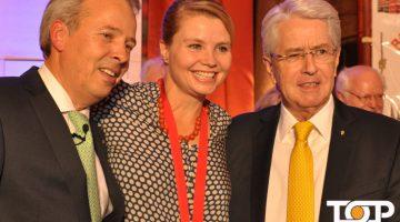 Annette Frier freut sich mit dem Vorsitzenden Micheal Melles und Frank Elstner über den Ohrenorden